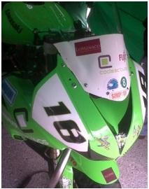 Moto-Lucas-de-Ulacia-con-sponsor-LoMonaco