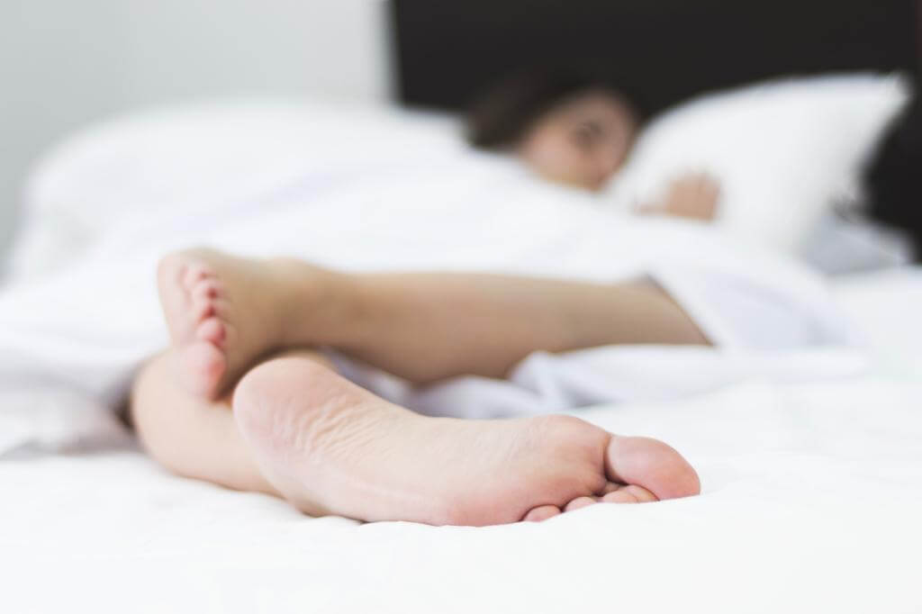 ¿Te gusta dormir con un pie destapado? Esta es la razón